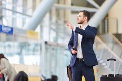 Biznesowy mężczyzna w lotniskowy śmiertelnie obrazy royalty free