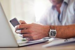 Biznesowy mężczyzna wręcza ruchliwie używa telefon komórkowego Fotografia Royalty Free