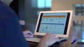 Biznesowy mężczyzna wręcza używać laptop z stats zdjęcie wideo