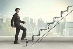 Biznesowy mężczyzna wspinaczkowy up na ręka rysującym schody pojęciu Obraz Royalty Free