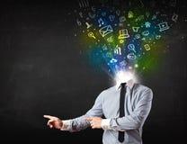 Biznesowy mężczyzna wybucha głowę z rozjarzonymi medialnymi ikonami Obrazy Stock