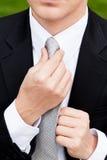 Biznesowy mężczyzna z czarnym kostiumem i krawatem plenerowymi Zdjęcia Stock