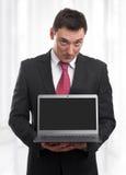 Biznesowy mężczyzna z czarnym laptopu ekranem Fotografia Stock