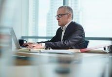 Biznesowy mężczyzna Z Eyelasses Przy pracą W biurze Z komputerem osobistym zdjęcie stock
