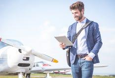 Biznesowy mężczyzna z jego samolotami Zdjęcie Royalty Free