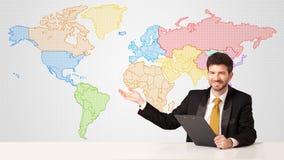 Biznesowy mężczyzna z kolorowym światowej mapy tłem Zdjęcia Stock