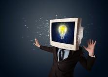 Biznesowy mężczyzna z komputeru osobistego monitoru pomysłu i głowy żarówką w d Zdjęcie Stock