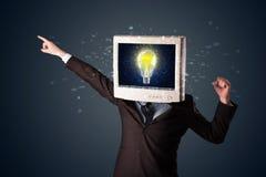 Biznesowy mężczyzna z komputeru osobistego monitoru pomysłu i głowy żarówką w d Obrazy Royalty Free