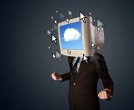 Biznesowy mężczyzna z monitorem na głowie, obłocznym systemu i pointe jego, Zdjęcia Royalty Free