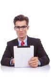 Biznesowy mężczyzna z pastylki ochraniaczem przy jego biurkiem Zdjęcia Stock