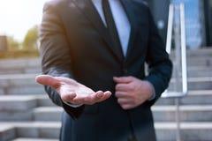 Biznesowy mężczyzna z pustą ręką Fotografia Royalty Free