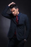 Biznesowy mężczyzna z ręką w kieszeni w włosy i Fotografia Royalty Free