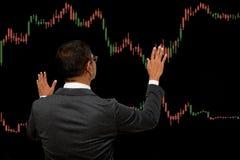 Biznesowy mężczyzna z rynek walutowy mapy grafiką Obrazy Royalty Free