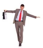 Biznesowy mężczyzna z teczki spacerem na drucie Fotografia Stock