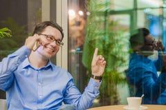 Biznesowy mężczyzna z telefonem komórkowym pokazuje jego rękę strona Mężczyzna przedstawień ręki strona zdjęcia stock