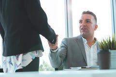 Biznesowy mężczyzna z uściskiem dłoni z partnerem, szef gratuluje zdjęcia royalty free