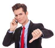Biznesowy mężczyzna z złą wiadomością na jego telefon komórkowy Fotografia Royalty Free