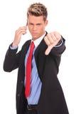 Biznesowy mężczyzna z złą wiadomością na jego telefon komórkowy Zdjęcia Stock