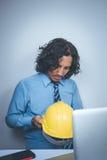 Biznesowy mężczyzna z zbawczym kapeluszem komputerem i Zdjęcie Stock