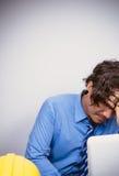Biznesowy mężczyzna z zbawczym kapeluszem komputerem i Obrazy Royalty Free