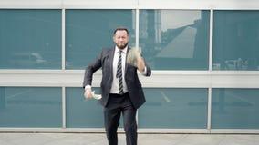 Biznesowy mężczyzna z zwitkiem gotówkowy cieszenie w jego sukcesie zdjęcie wideo