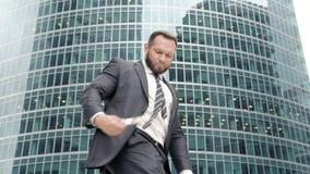 Biznesowy mężczyzna z zwitkiem gotówkowy cieszenie w jego sukcesie zbiory