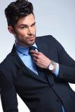 Biznesowy mężczyzna załatwia jego krawat Obrazy Stock