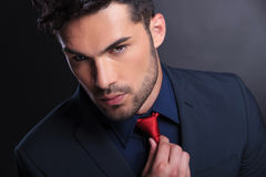 Biznesowy mężczyzna załatwia jego krawat Obraz Royalty Free