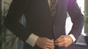 Biznesowy mężczyzna zapina jego w białej koszula kostium kurtka zdjęcie wideo