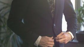 Biznesowy mężczyzna zapina jego w białej koszula kostium kurtka zbiory wideo