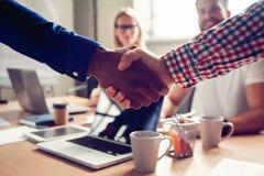 Biznesowy męski partnerstwo uścisku dłoni pojęcie Fotografia dwa obsługuje handshaking proces Pomyślna transakcja po wielkiego sp obraz royalty free