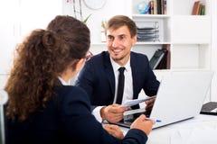 Biznesowy męski pomocniczy jest ubranym formalwear używać laptop Obraz Royalty Free