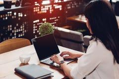 Biznesowy młody żeński styl życia freelance pracować na lapto używać Obrazy Royalty Free
