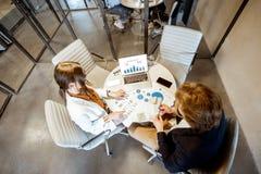 Biznesowy m??czyzna i kobieta pracuje w pokoju konferencyjnym obraz royalty free
