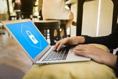 Biznesowy m??czyzna pracuje przy sklepem z kaw? z laptopem wybiera ikony ochronę na wirtualnym pokazie zdjęcia stock