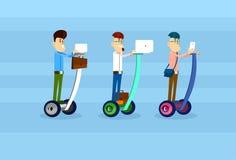 Biznesowy Man Group Jedzie Segway hulajnoga Use laptopu pastylki Elektrycznego Komputerowego Mądrze telefonu sieci Ogólnospołeczn Obraz Stock
