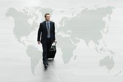 Biznesowy mężczyzna chodzi światową mapę, międzynarodowej podróży pojęcie Obrazy Royalty Free