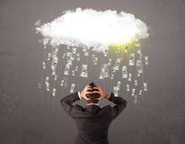 Biznesowy mężczyzna patrzeje chmurę z spada pieniądze w kostiumu Fotografia Royalty Free