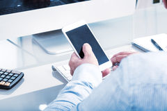 Biznesowy mężczyzna pisać na maszynie na urządzeniu przenośnym, biurowy środowisko Zdjęcia Stock