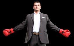 Biznesowy mężczyzna przygotowywający walczyć z bokserskimi rękawiczkami Zdjęcia Stock