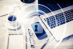 Biznesowy miejsce pracy z laptop filiżanką o i ochrony pojęciem zdjęcia royalty free