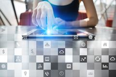 Biznesowy mockup Biurowy obieg Ikony na wirtualnym ekranie Interneta i technologii cyfrowej pojęcie Obrazy Stock