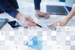 Biznesowy mockup Biurowy obieg Ikony na wirtualnym ekranie Interneta i technologii cyfrowej pojęcie Zdjęcie Stock