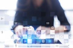 Biznesowy mockup Biurowy obieg Ikony na wirtualnym ekranie Interneta i technologii cyfrowej pojęcie Zdjęcia Royalty Free