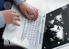 Biznesowy narzuta interfejs z rękami i laptopem pokazuje światową mapę Obraz Stock