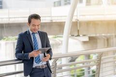 Biznesowy ogólnospołeczny podłączeniowy pojęcie: biznesmen używa wiszącą ozdobę obrazy stock