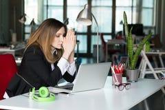 Biznesowy osoby główkowania twarzy wyrażenie w Biurowym wnętrzu zdjęcia stock