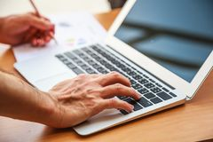 Biznesowy osoby spotkanie w biurowym pojęciu, Używać pomysł, mapy, komputery, pastylka, Mądrze przyrząda na biznesowym planowaniu obrazy stock