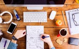 Biznesowy osoby writing, działanie jest ubranym mądrze zegarek i, Zdjęcia Royalty Free