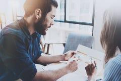 Biznesowy partnerstwo procesu pojęcie Latynoski młody biznesmen pracuje z biznesową kobietą przy pogodnym biurem zamazany Fotografia Stock